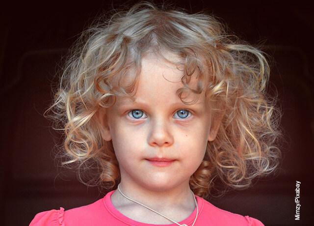 Foto de una niña con el cabello crespo suelto
