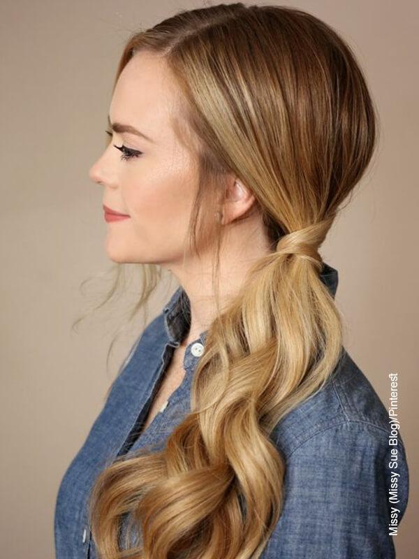 Foto de una mujer de piel blanca que ilustra los peinados para cabello largo