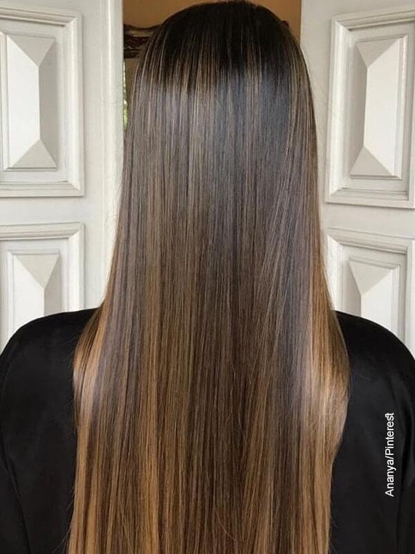 Foto de una mujer luciendo su pelo liso