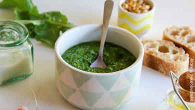 Foto de una salsa verde que muestra el pesto y su receta