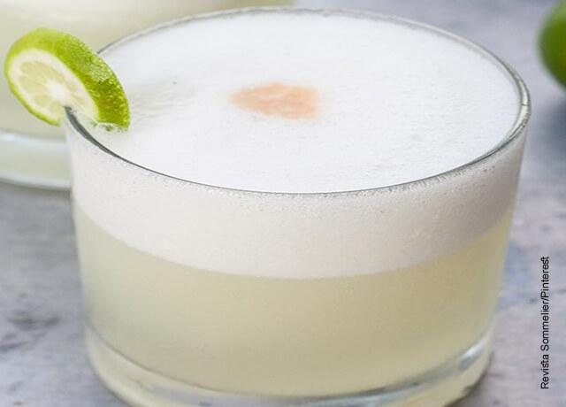 Foto de un pisco sour receta peruana servido