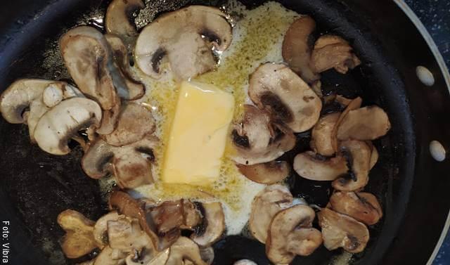 Foto de champiñones salteados en mantequilla