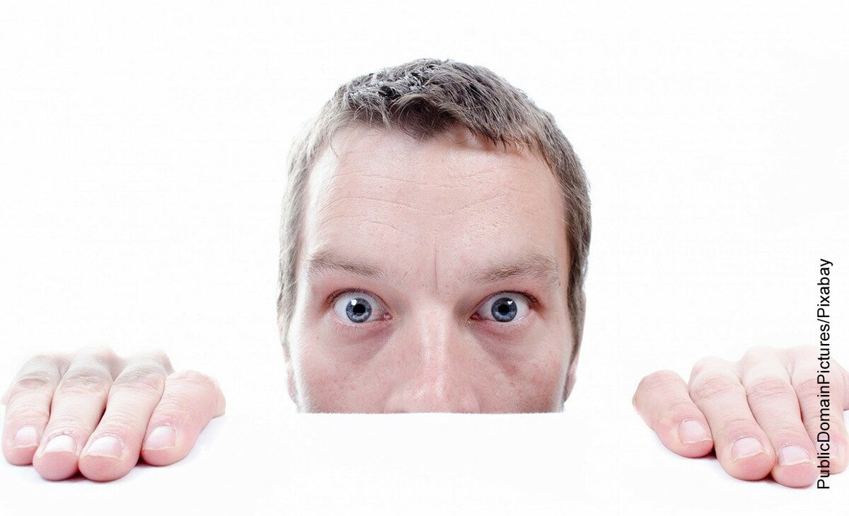 Foto de un hombre asustado que muestra qué significa soñar con gusanos