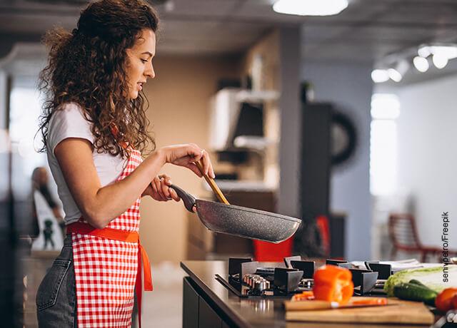 Foto de una mujer chef cocinando