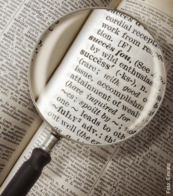 foto que ilustra una lupa ampliando un diccionario