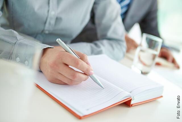 foto de persona a punto de escribir en una agenda