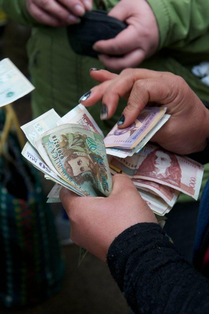 Foto de mujer contando billetes