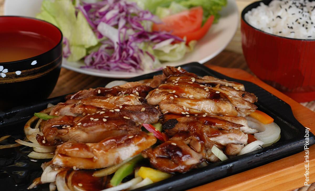 Foto de pollo oriental que muestra la salsa teriyaki y su receta