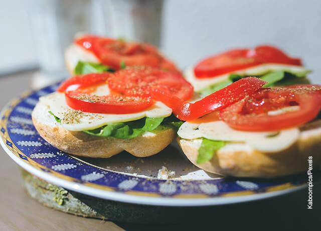 Foto de emparadeados que muestran un sandwich de pollo receta
