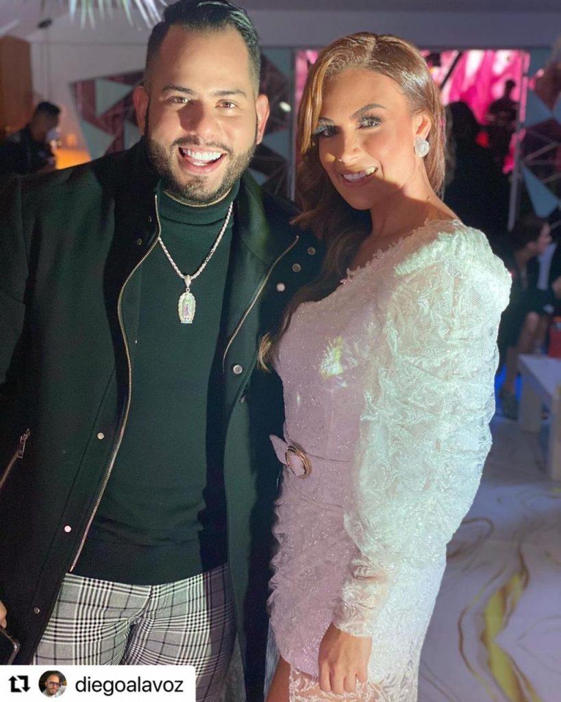 Sara Uribe y su novio Diego A La Voz, durante su fiesta de cumpleaños número 30.
