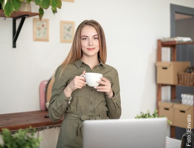 foto de chica tomando café