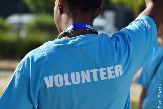 foto de voluntario de espalda