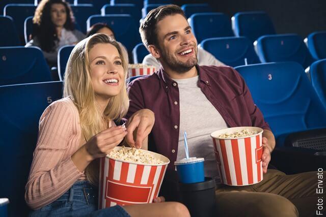 foto de pareja en el cine
