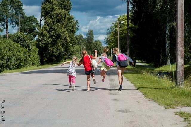foto de niños corriendo en la calle