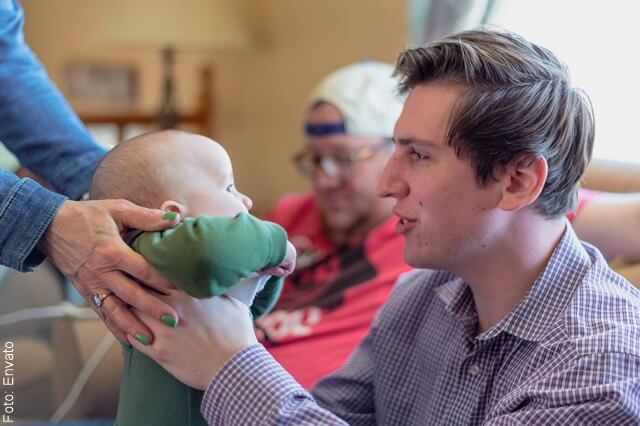 foto de un tio cargando a su sobrino bebé