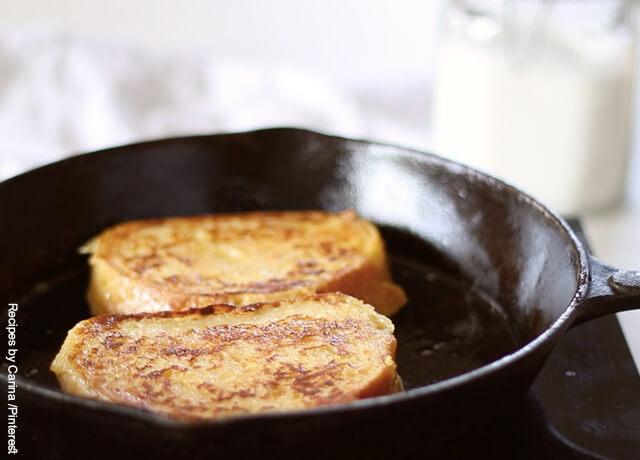 Foto de dos tajadas de pan tostándose en una sartén