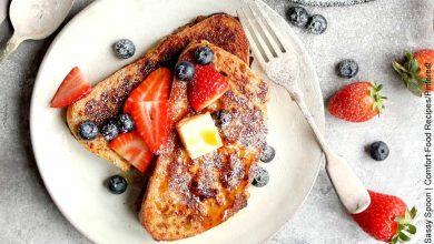 Foto de un pan acompañado de frutas que ilustra cómo hacer tostadas francesas y su receta original