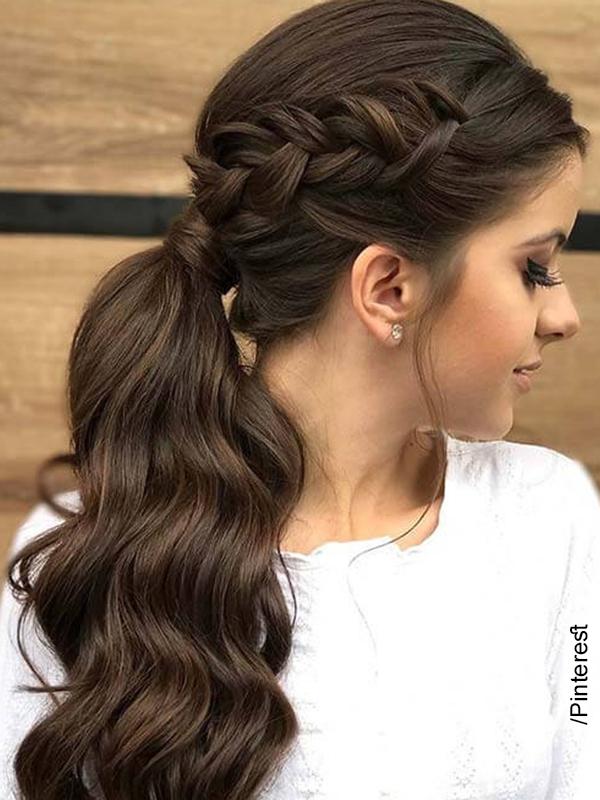 Foto de una mujer que luce su cabello recogido