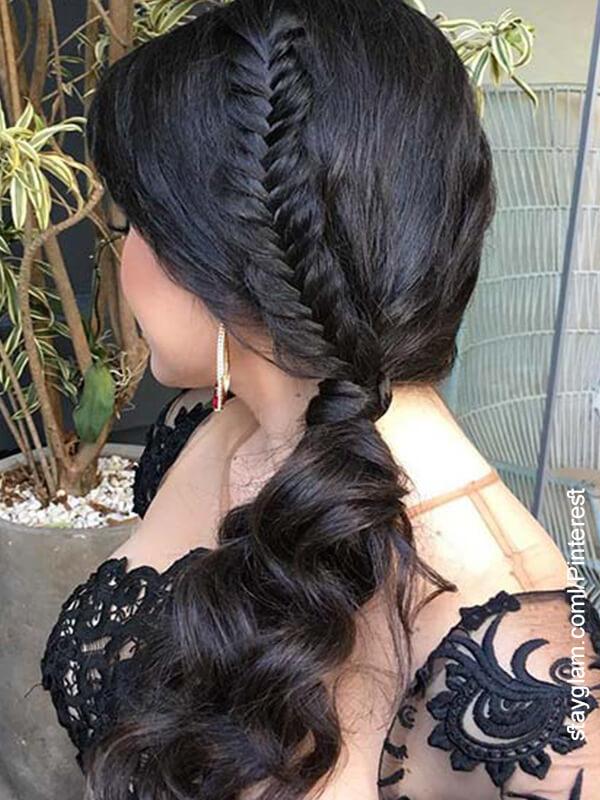 Foto de una mujer con un peinado que muestra trenzas con cabello recogido