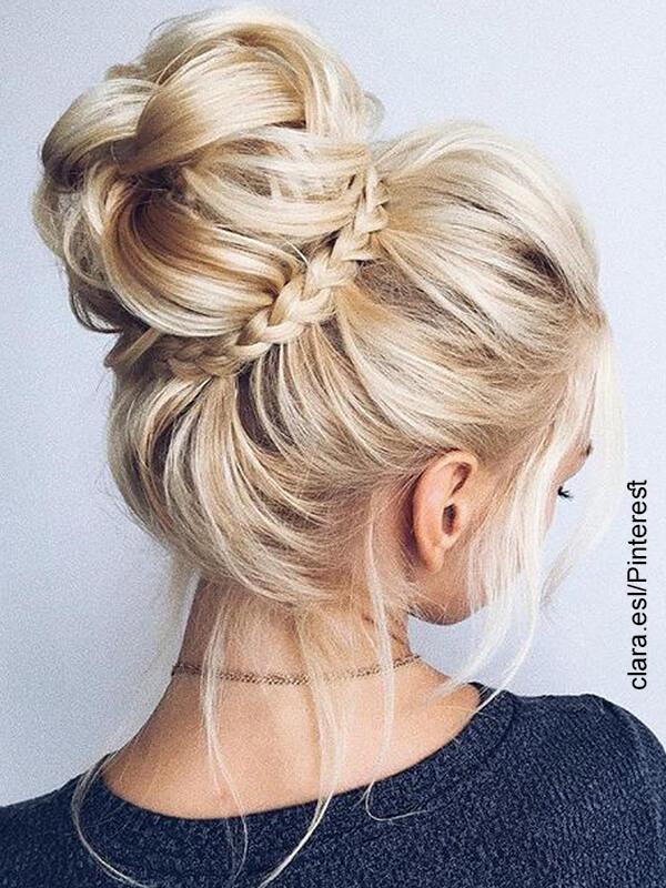 Foto de una mujer que luce trenzas con cabello recogido