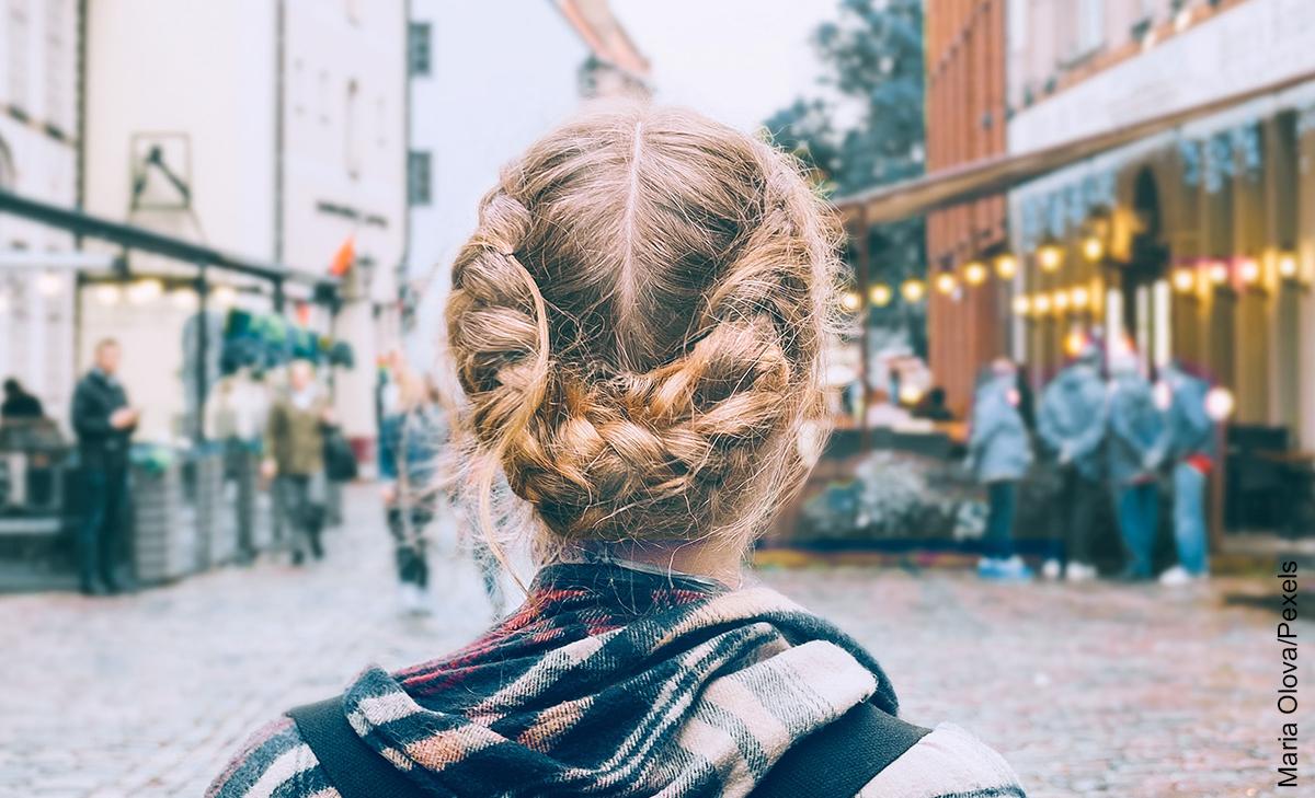 Foto de una mujer de espalda en una plaza