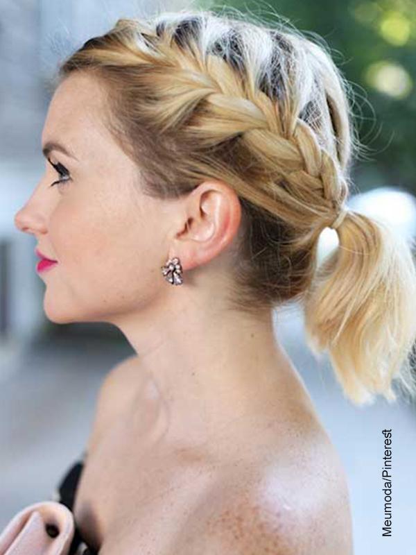 Foto de una mujer con trenzas en todo el cabello corto