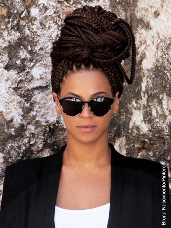 Foto de una mujer elegante con trenzas en todo el cabello largo