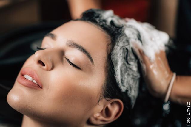 foto de mujer bañándose el cabello