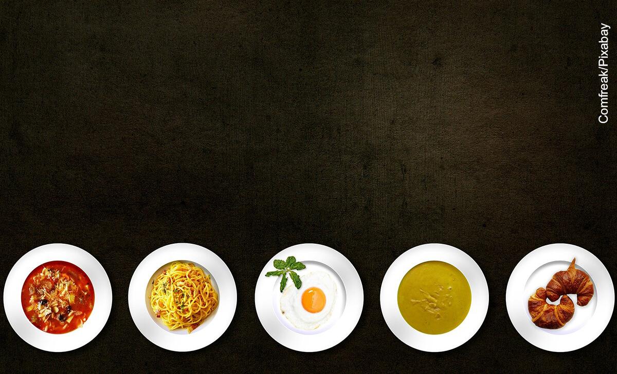 Foto de varios platos de comida sobre una mesa que muestran los alimentos con calorías