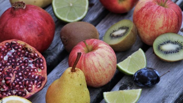 Foto de unas frutas como manzana, kiwi y pera