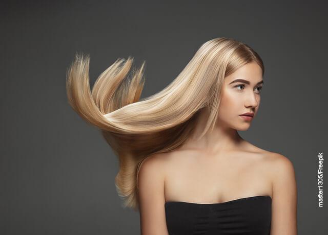 Foto de una mujer a la que el viento le mueve el pelo que ilustra el alisado japonés