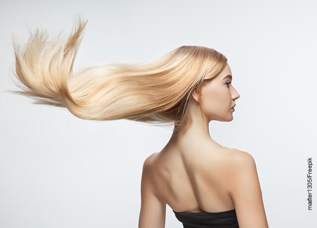 Foto de una modelo con su pelo estirado