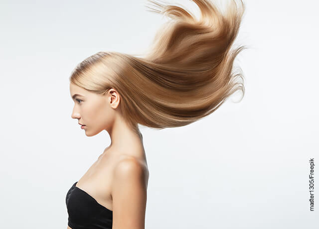 Foto de una modelo mostrando como cae su pelo