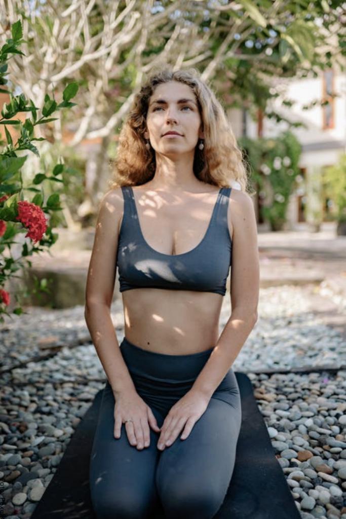 Foto de una mujer practicando yoga