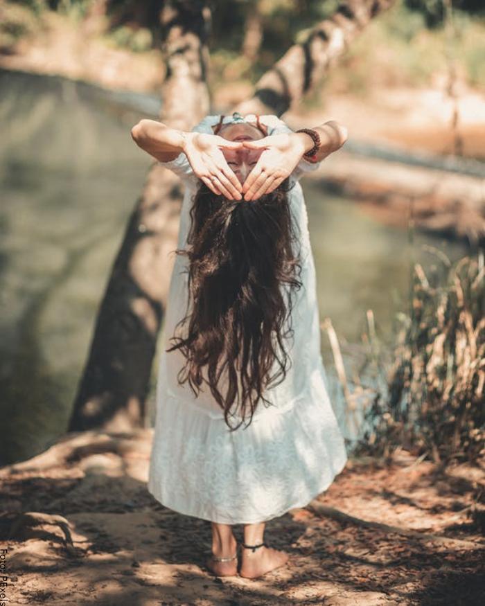 Foto de una mujer haciendo una postura de yoga