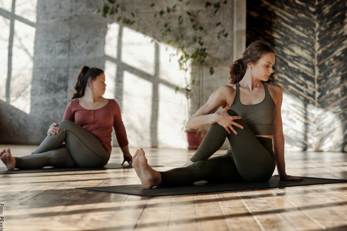 Foto de dos mujeres practicando yoga