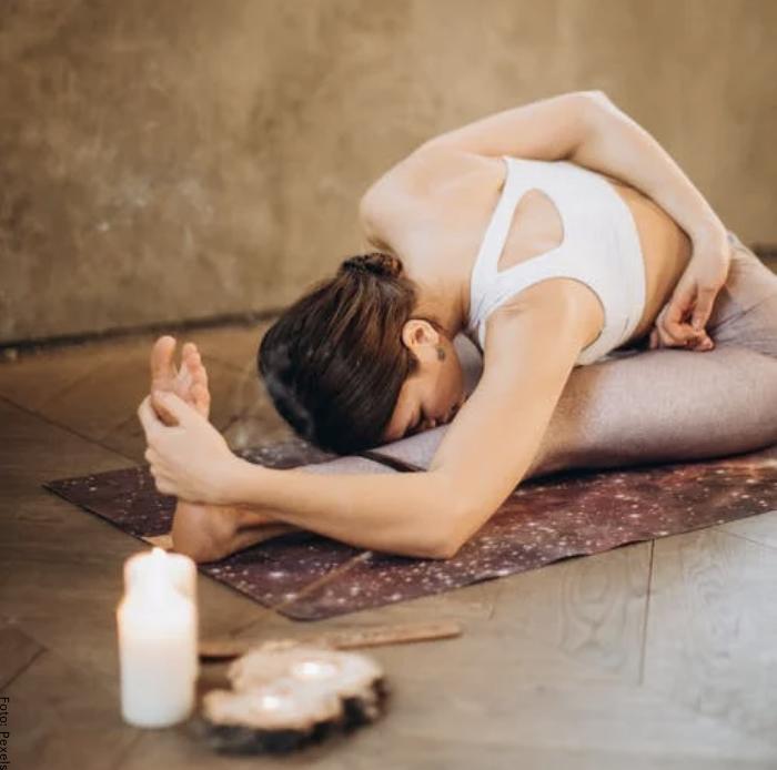 Foto de una mujer haciendo una postura en yoga