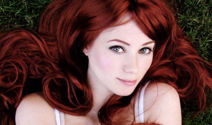 Foto de mujer con cabello rojo cereza
