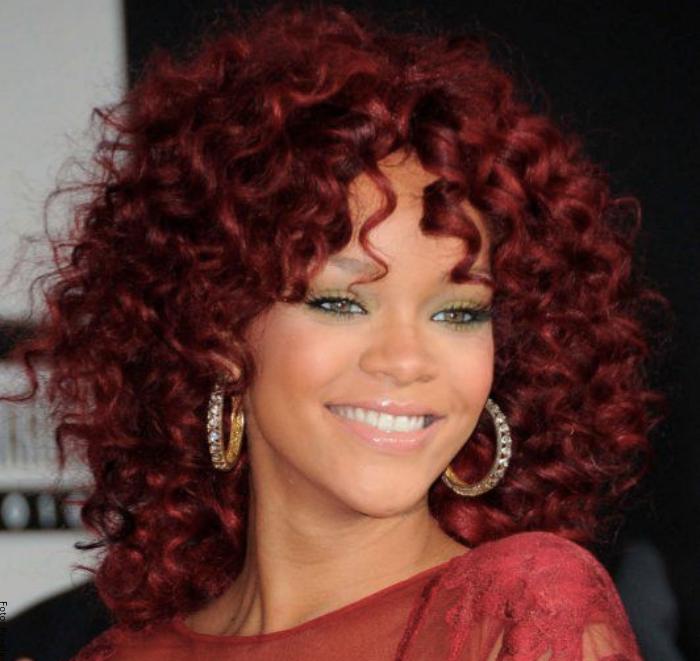 Foto de mujer con color rojo vino canela