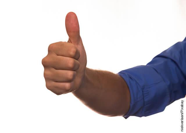 Foto de una mano con el dedo pulgar levantado