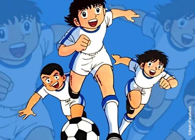 Foto de un dibujado animado de tres niños futbolistas corriendo