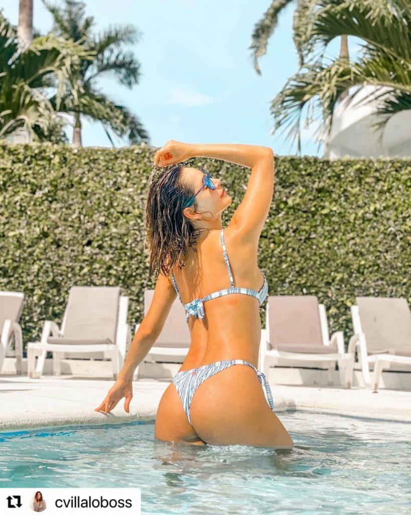 Carmen Villalobos en bikini mostrando sus glúteos.