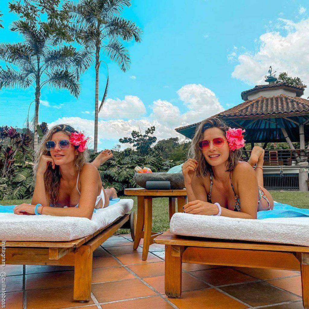 Foto de Carmen Villalobos y Mabel Moreno recostadas tomando el sol