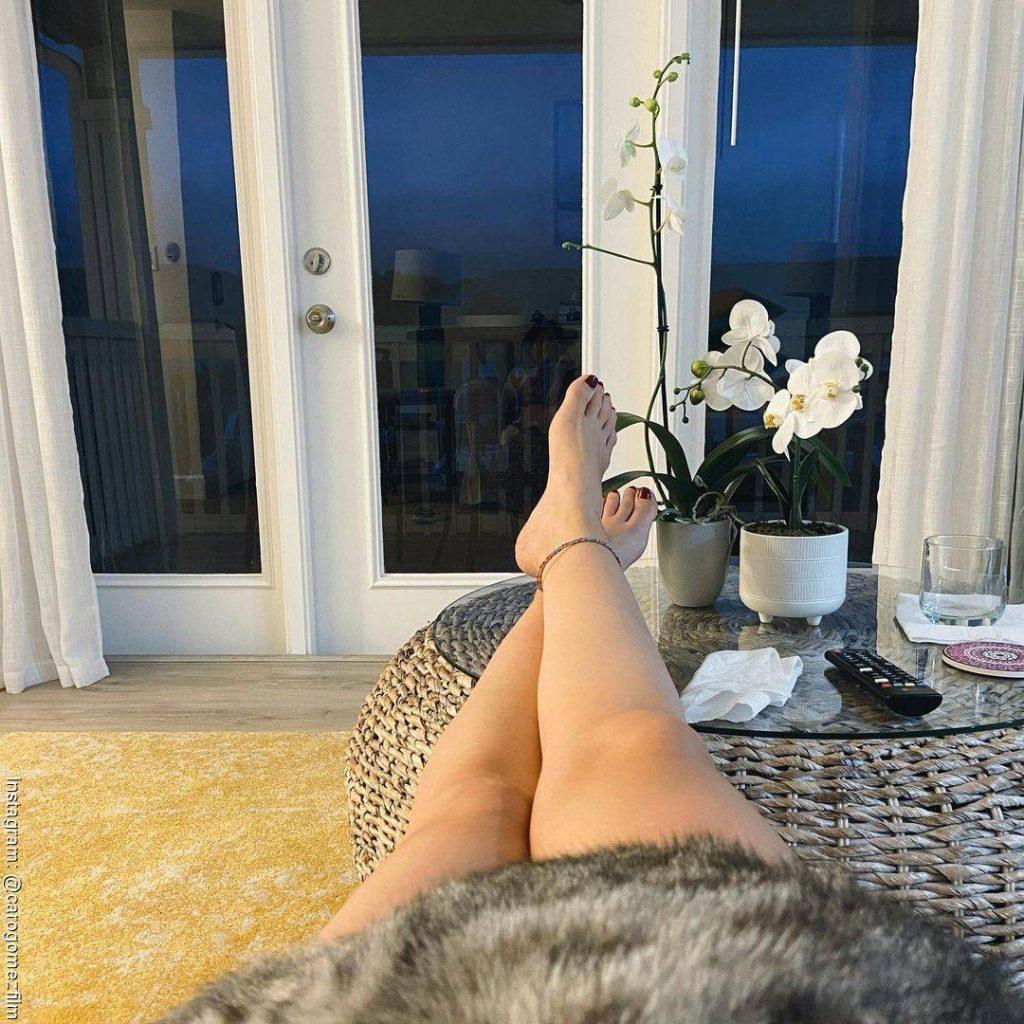 Foto de los pies de Carolina Gómez mientras descansa cerca de las orquídeas