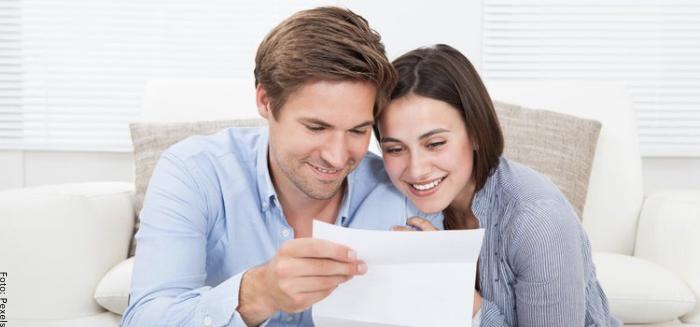 Foto de una pareja leyendo una carta
