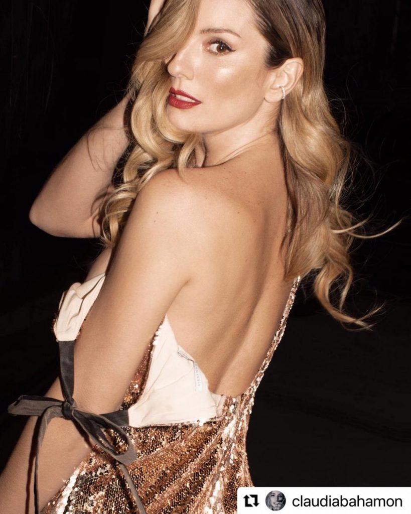 Claudia Bahamón posando de espaldas con vestido de escote, durante una sesión de fotos.