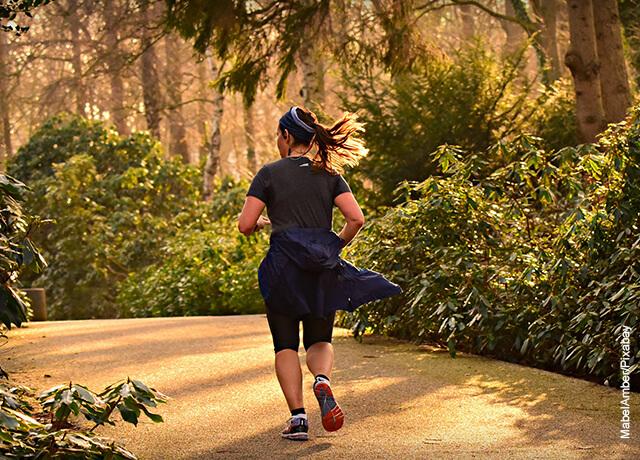Foto de una mujer trotando al aire libre