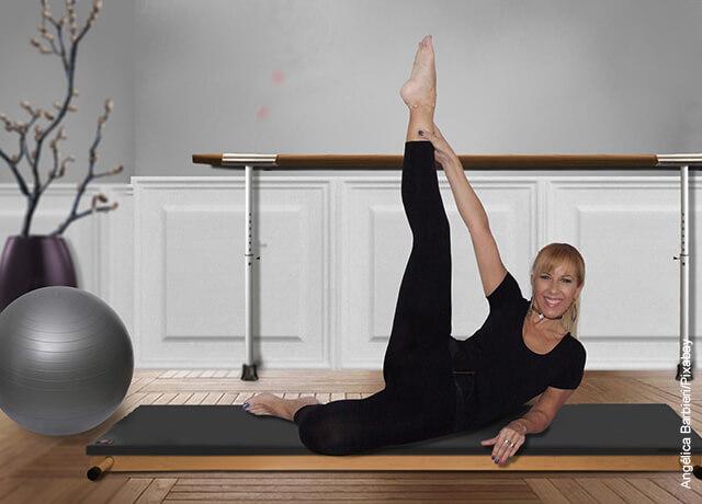 Foto de una mujer acostada haciendo pilates