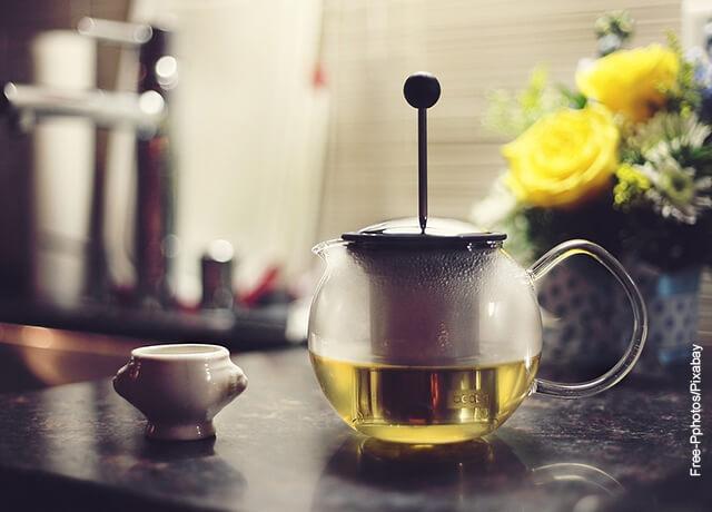 Foto de una infusión de té verde en una taza