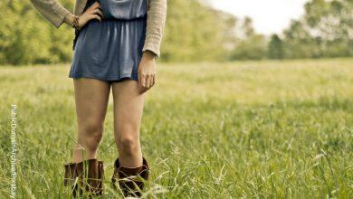 Foto de las piernas de una mujer que está parada en un campo